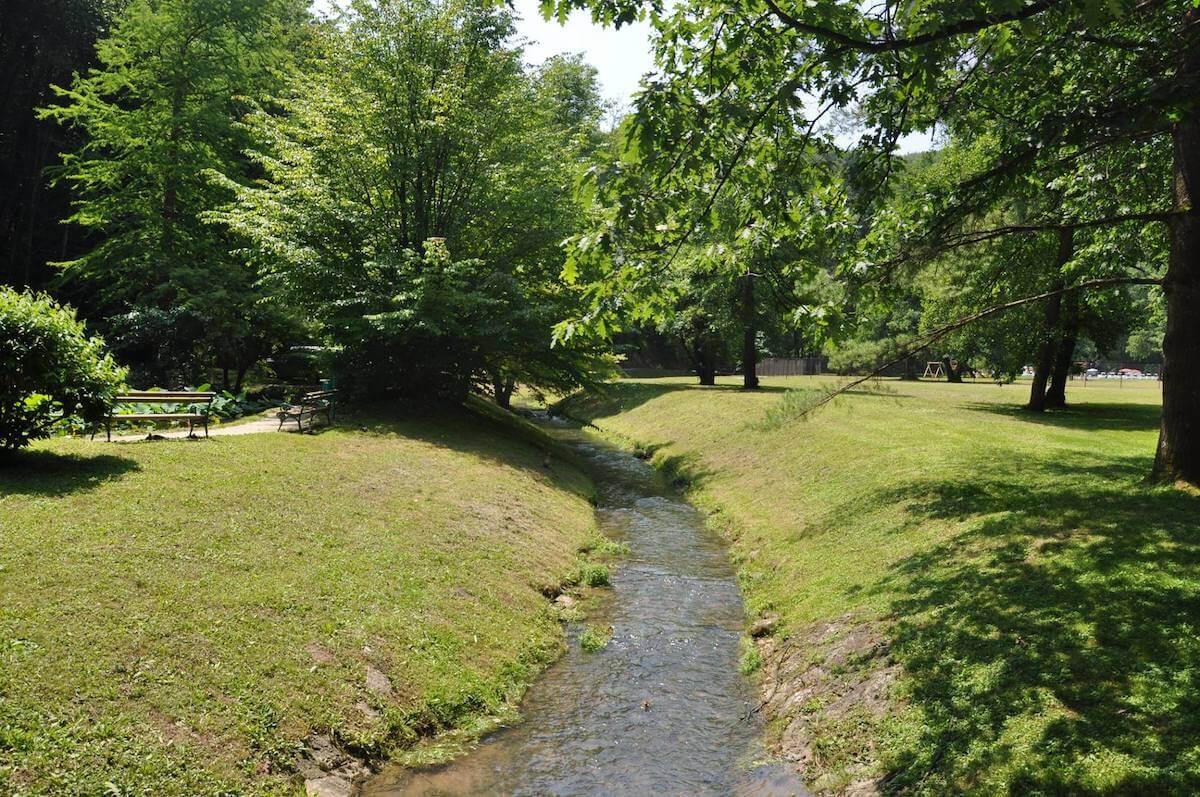 Botanische kuurpark in het Sloveense Terme Smarjeske Toplice waar thermale bronnen ontspringen.