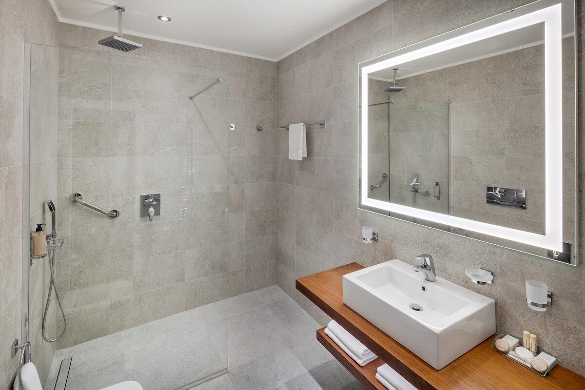 Badkamer in premium kamer Hvezda Health Spa Resort.