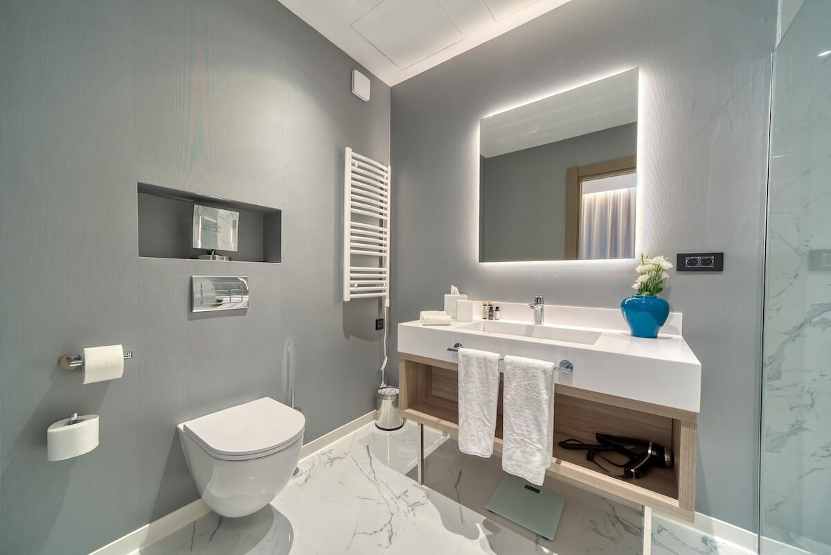 badkamer in standaard kamer Blue Kotor Bay Spa Resort