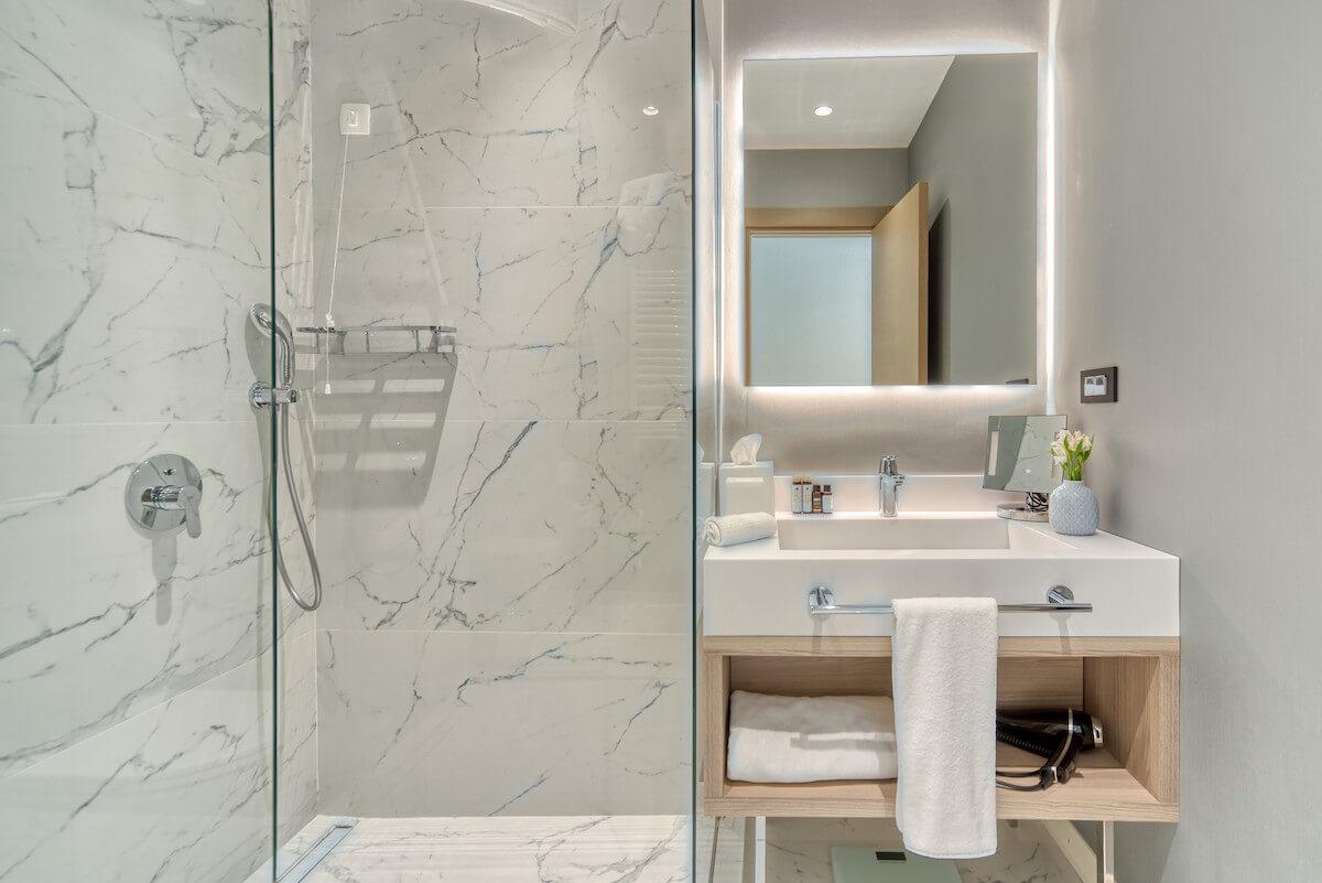 badkamer standaard kamer Blue Kotor Bay Spa Resort