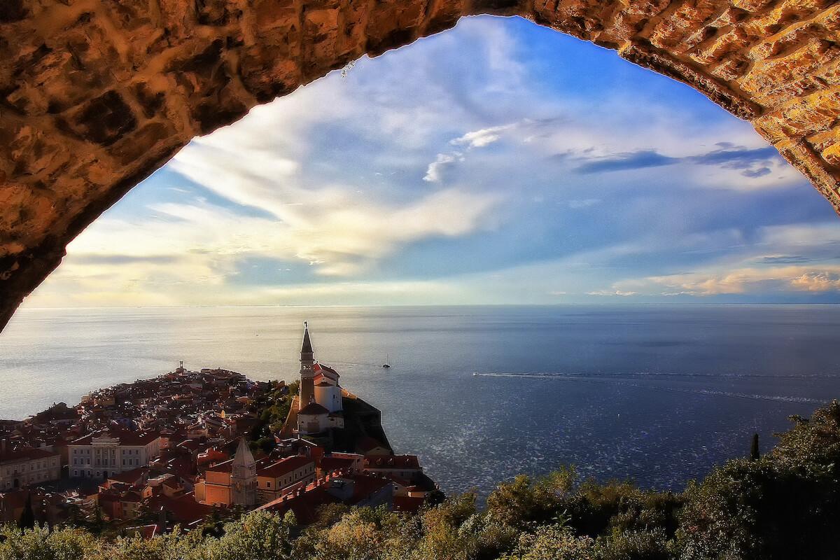 Uitzicht op het Sloveense stadje Piran dat op een paar kilometer verwijderd is van Grand LifeClass Terme Portoroz
