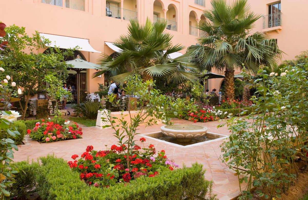 Binnentuin met terras in Alhambra Thalasso Spa Resort