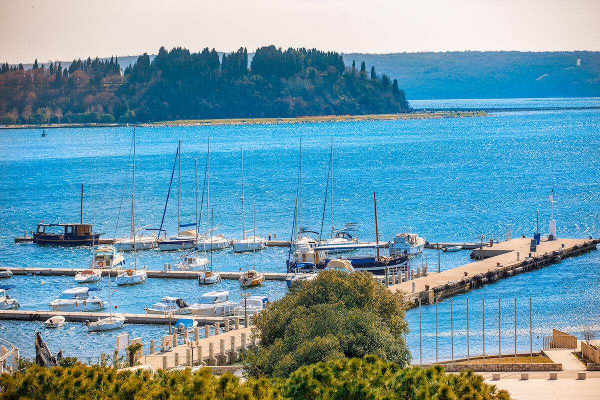 Uitzicht Grand LifeClass Terme Portoroz op haventje in de Adriatische Zee