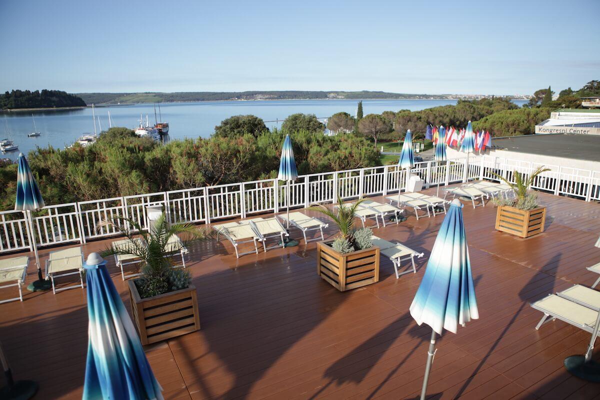 zonneterras Grand LifeClass Terme Portoroz met uitzicht op de Adriatische Zee.