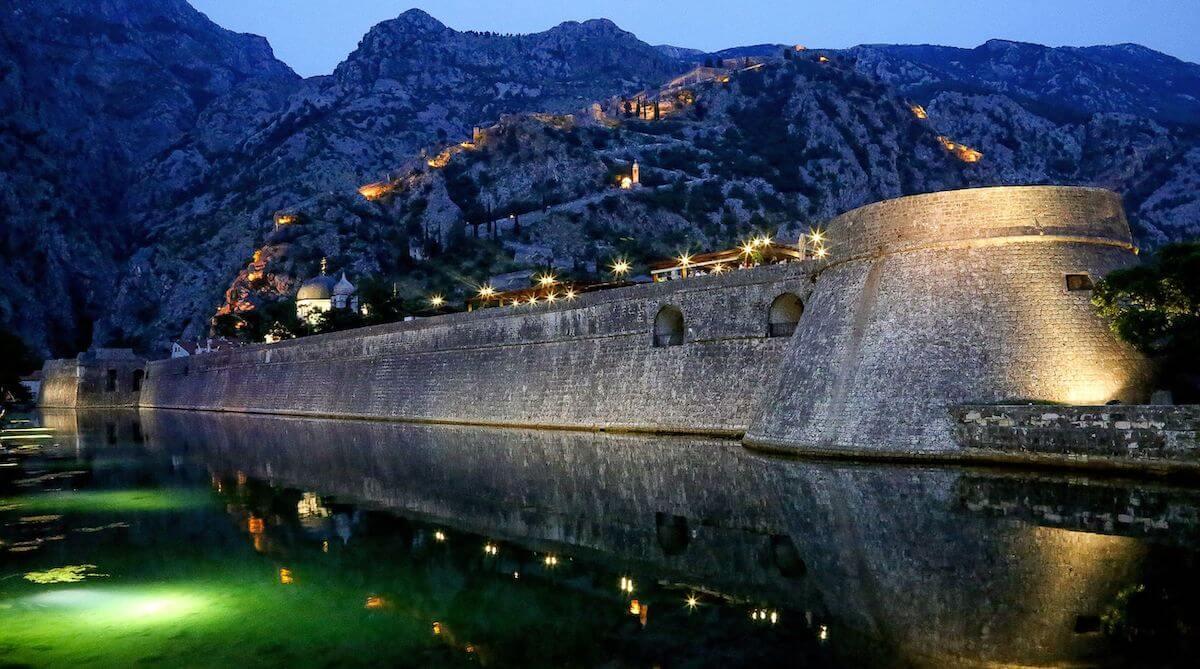 Vestingswerken Kotor stad in Montenegro