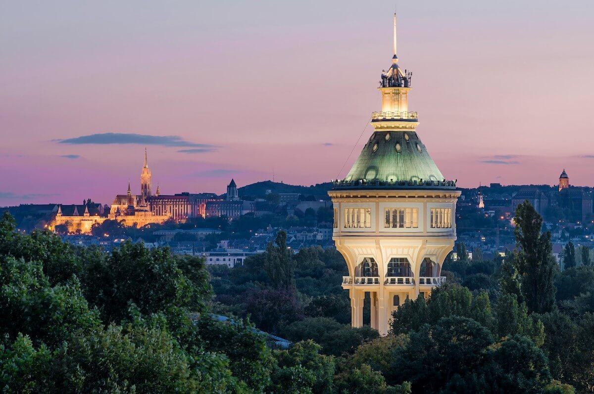 Watertoren op het Margitsziget spa eiland in Boedapest.
