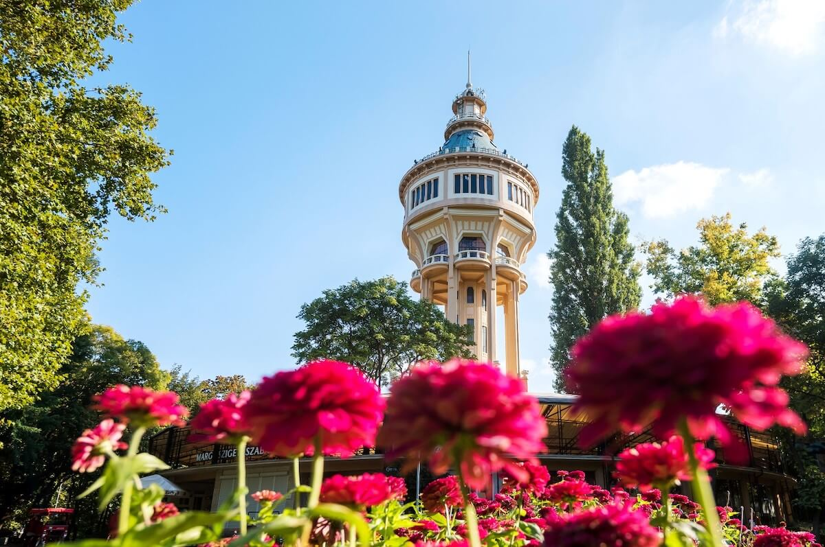 Watertoren op het thermale Margaretha eiland (Margitsziget) waar het Fontana kuuroord Margitsziget Health Spa Resort is gevestigd.