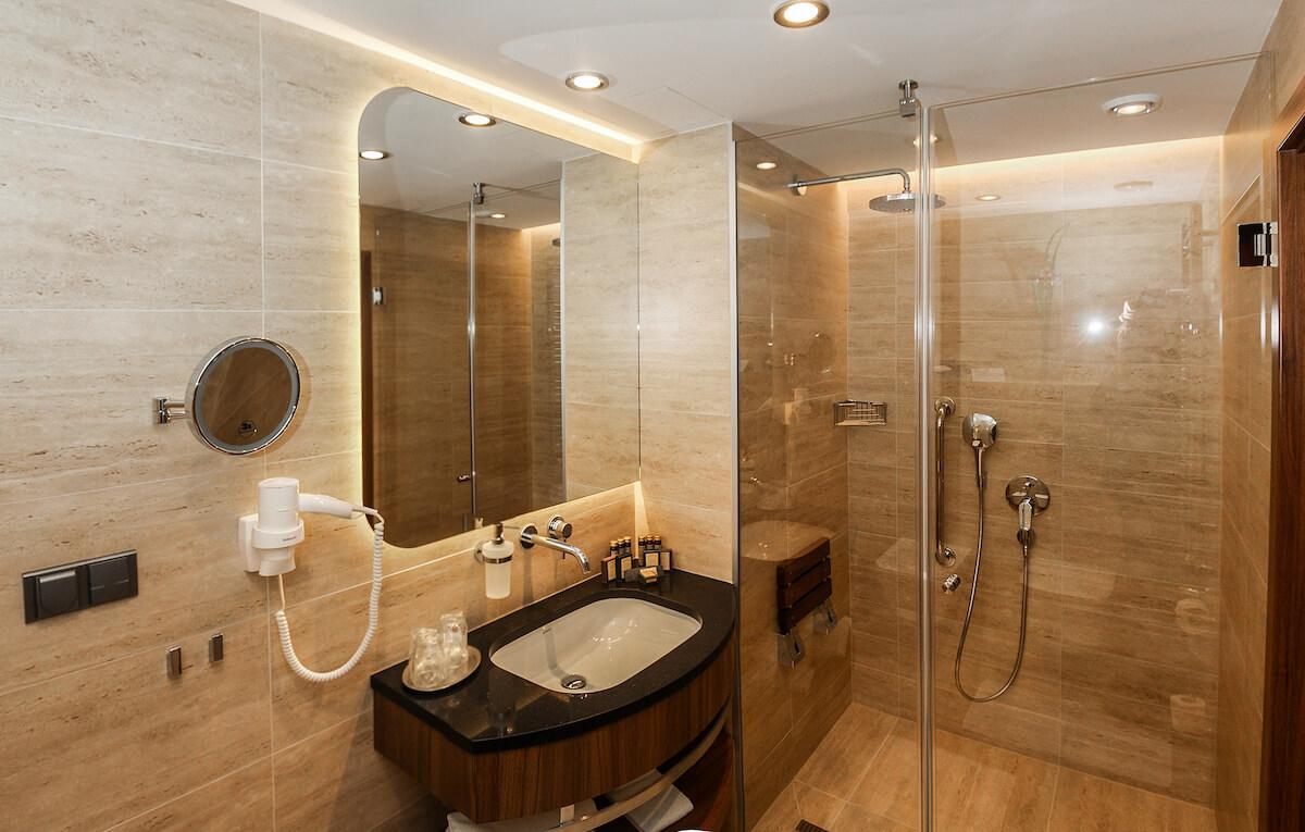 Badkamer in premium kamer Esplanade Health Spa Resort