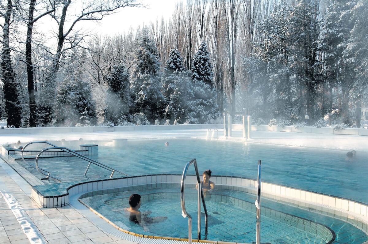 Buitenbad Esplanade Health Spa Resort in de winter.