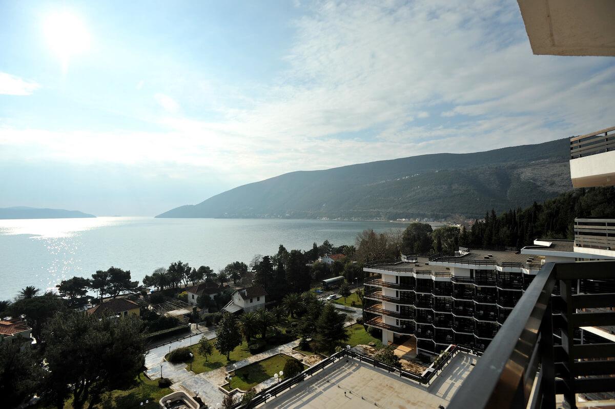 Uitzicht vanaf het balkon van Igalo Health Spa Resort op de baai van Kotor