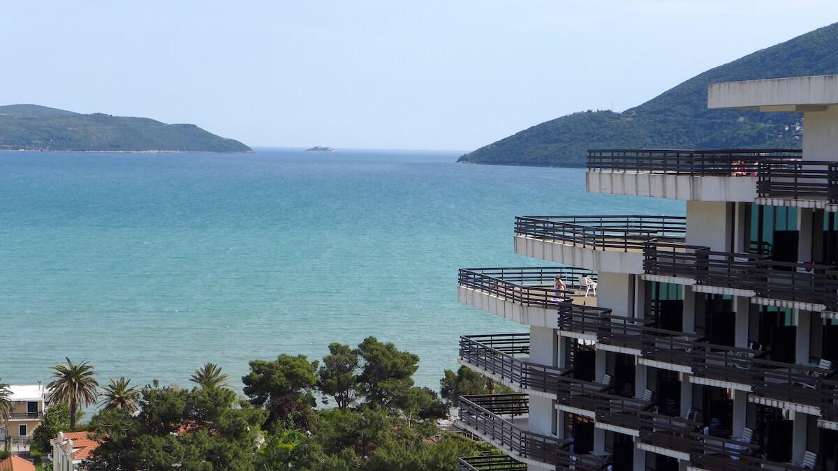 Uitzicht op de baai van Kotor vanaf balkon Igalo Health Spa Resort