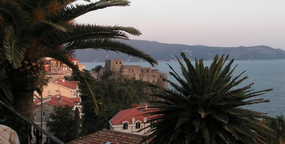 Igalo Health Spa Resort ligt aan de zeeboulevard die naar het pittoreske stadje Herceg Novi leidt.
