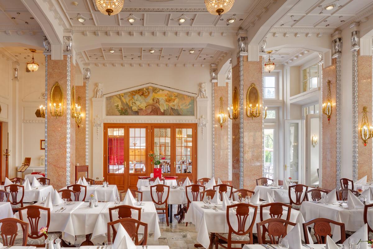 Restaurant in Thermia Palace Health Spa Resort met schildering van Alphonse Mucha.