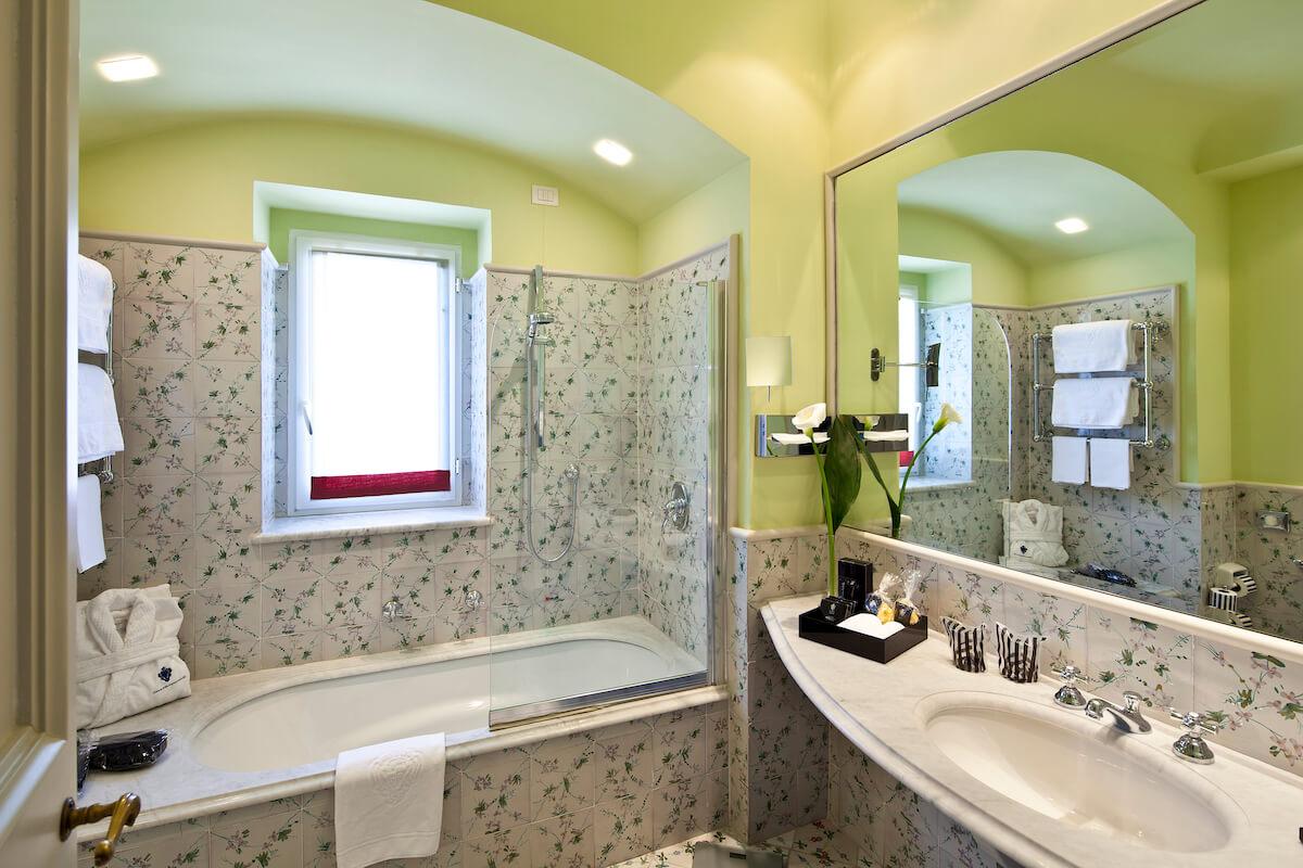 badkamer 2-persoonskamer met zeezicht in Regina Isabella Spa Resort