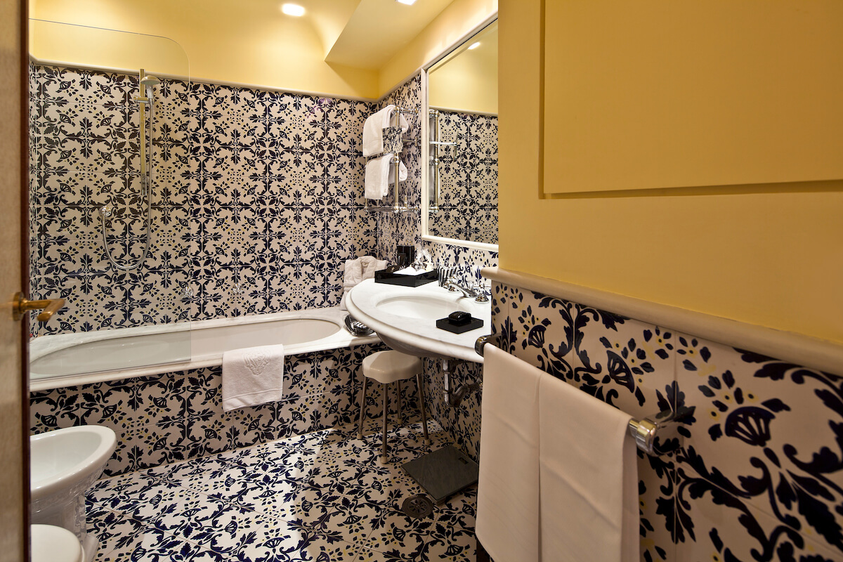 badkamer in 2-persoonskamer zeezicht in Regina Isabella Spa Resort