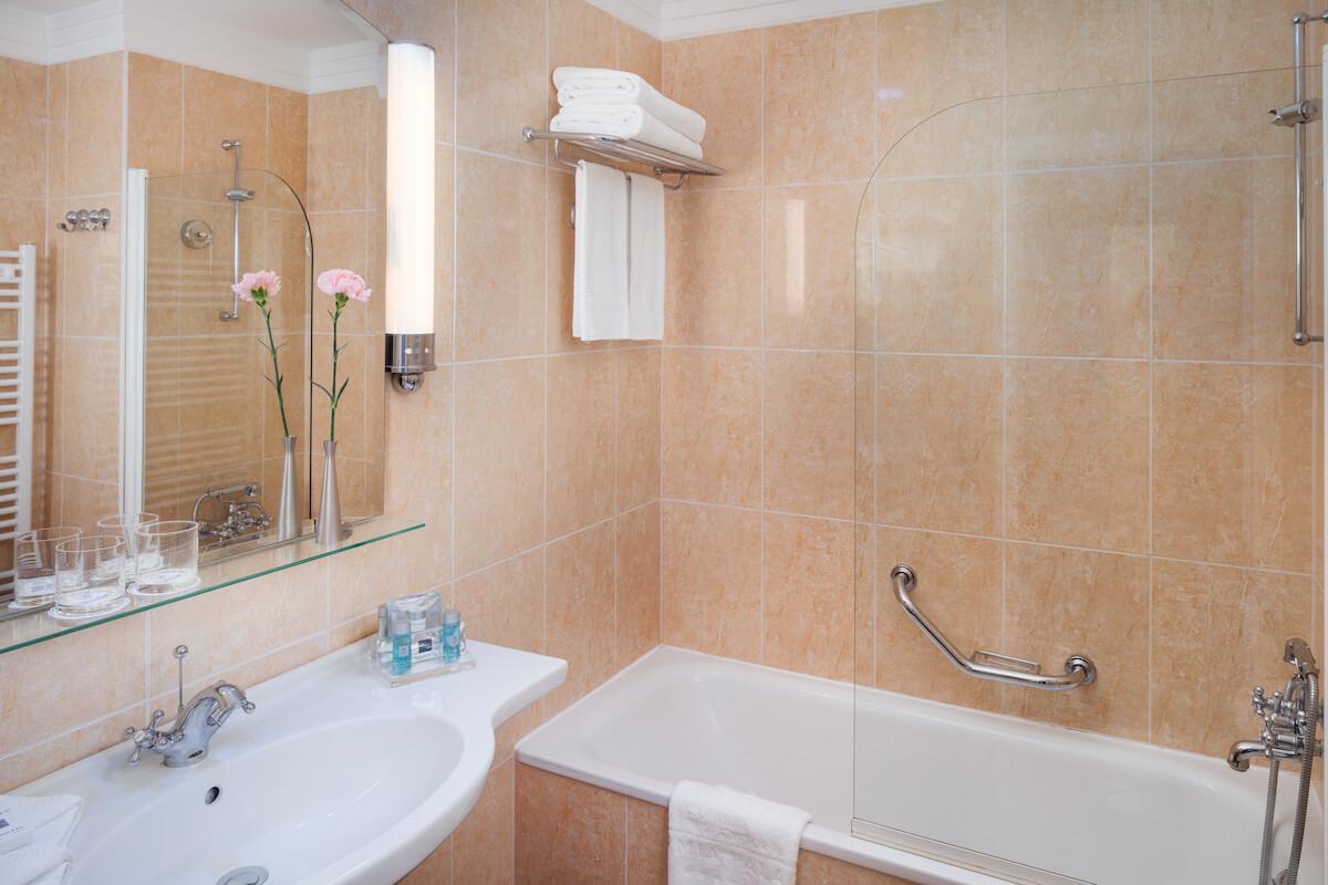 Badkamer deluxe kamer Thermia Palace Health Spa Resort