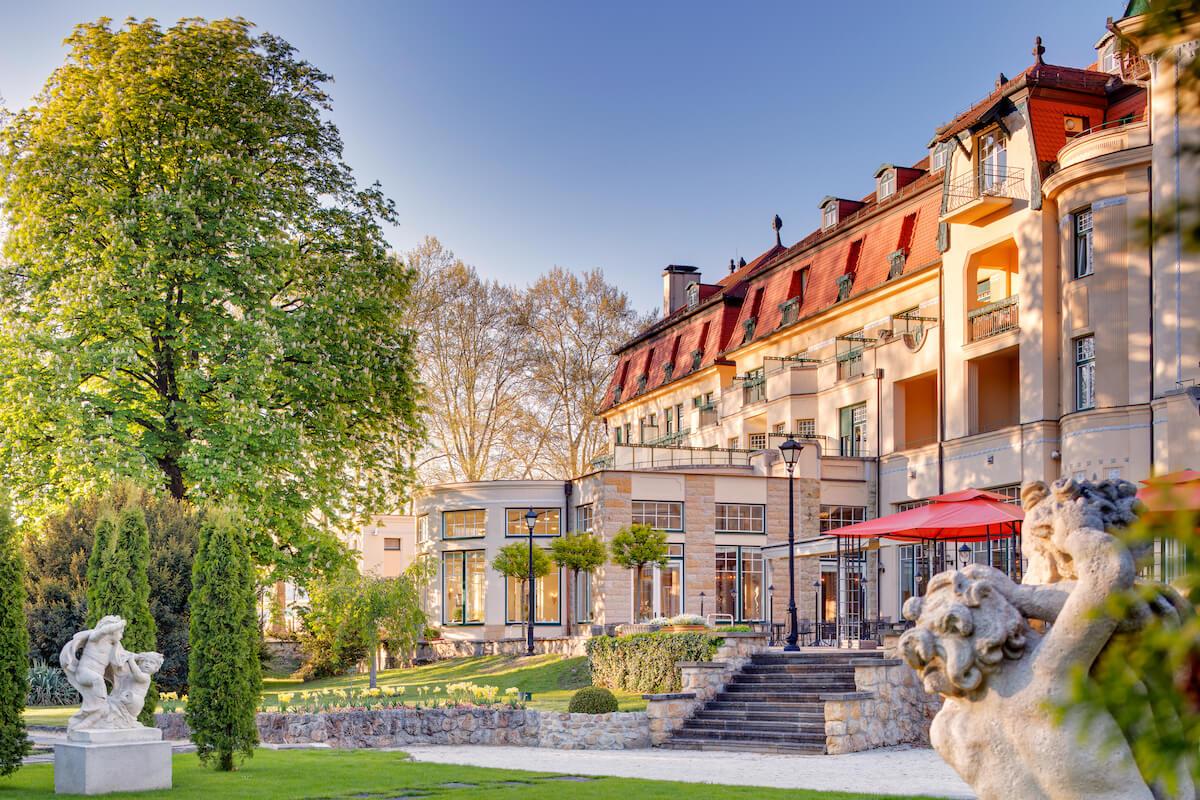 Tuin achterzijde van Thermia Palace Health Spa Resort