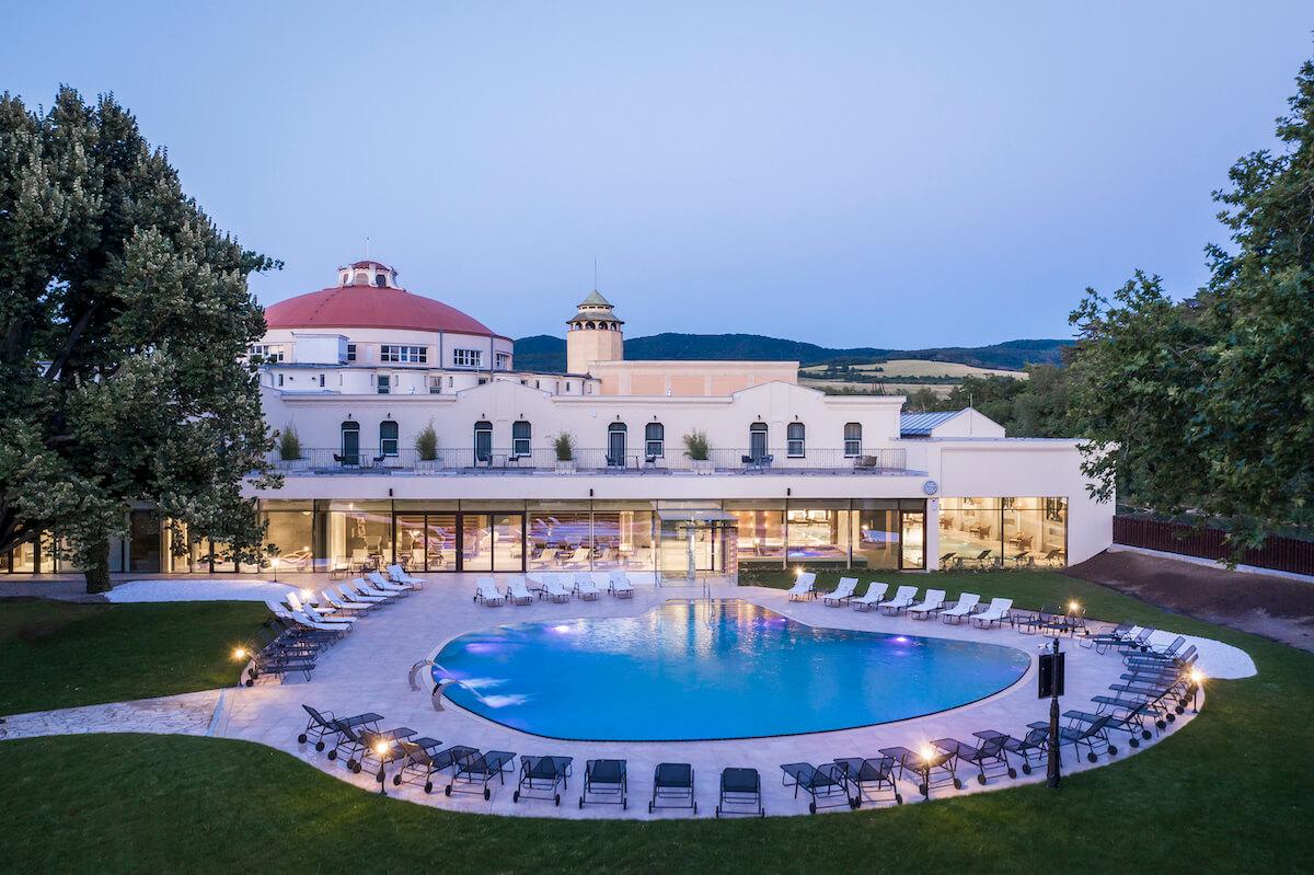 thermale buitenbad van Thermia Palace Health Spa Hotel in het Slowaakse kuuroord Piestany