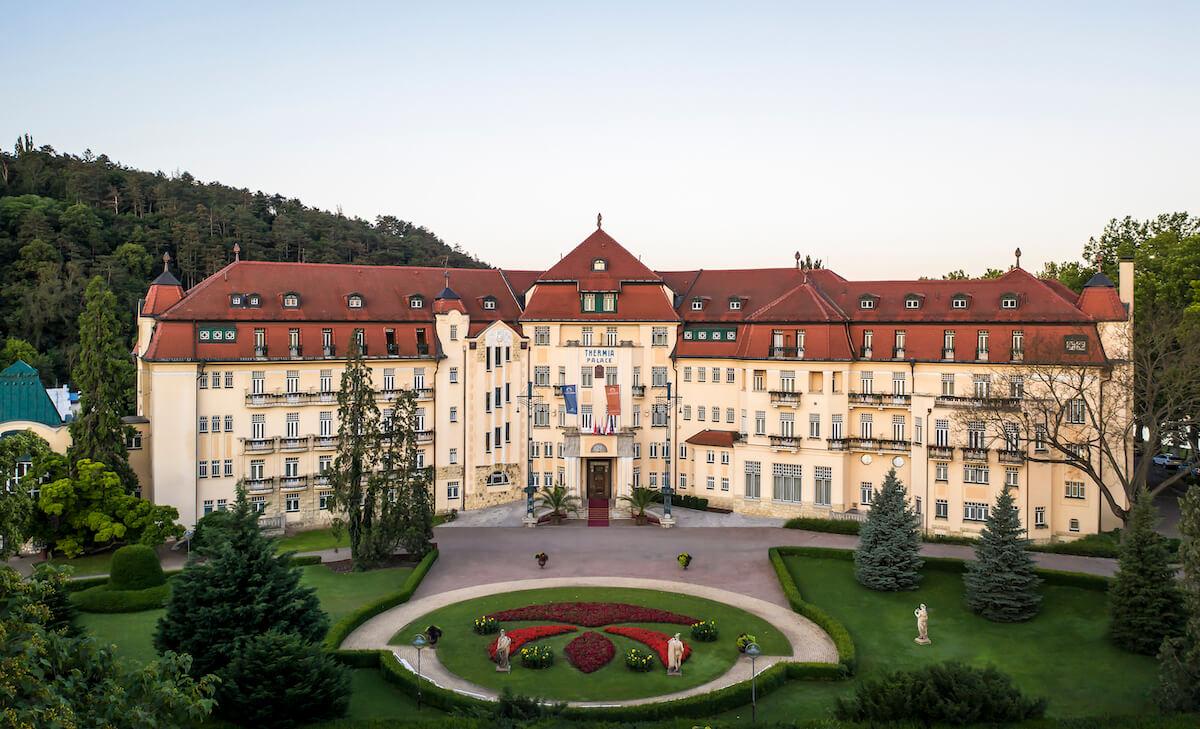 Facade van het 5* Thermia Health Spa Resort in het Slowaakse kuuroord Piestany