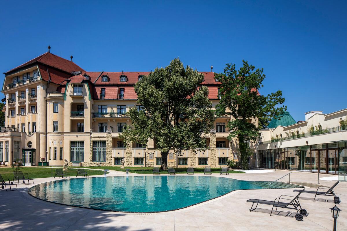 Buitenzwembad Thermia Palace Health Spa Resort in het Slowaakse kuuroord Piestany.
