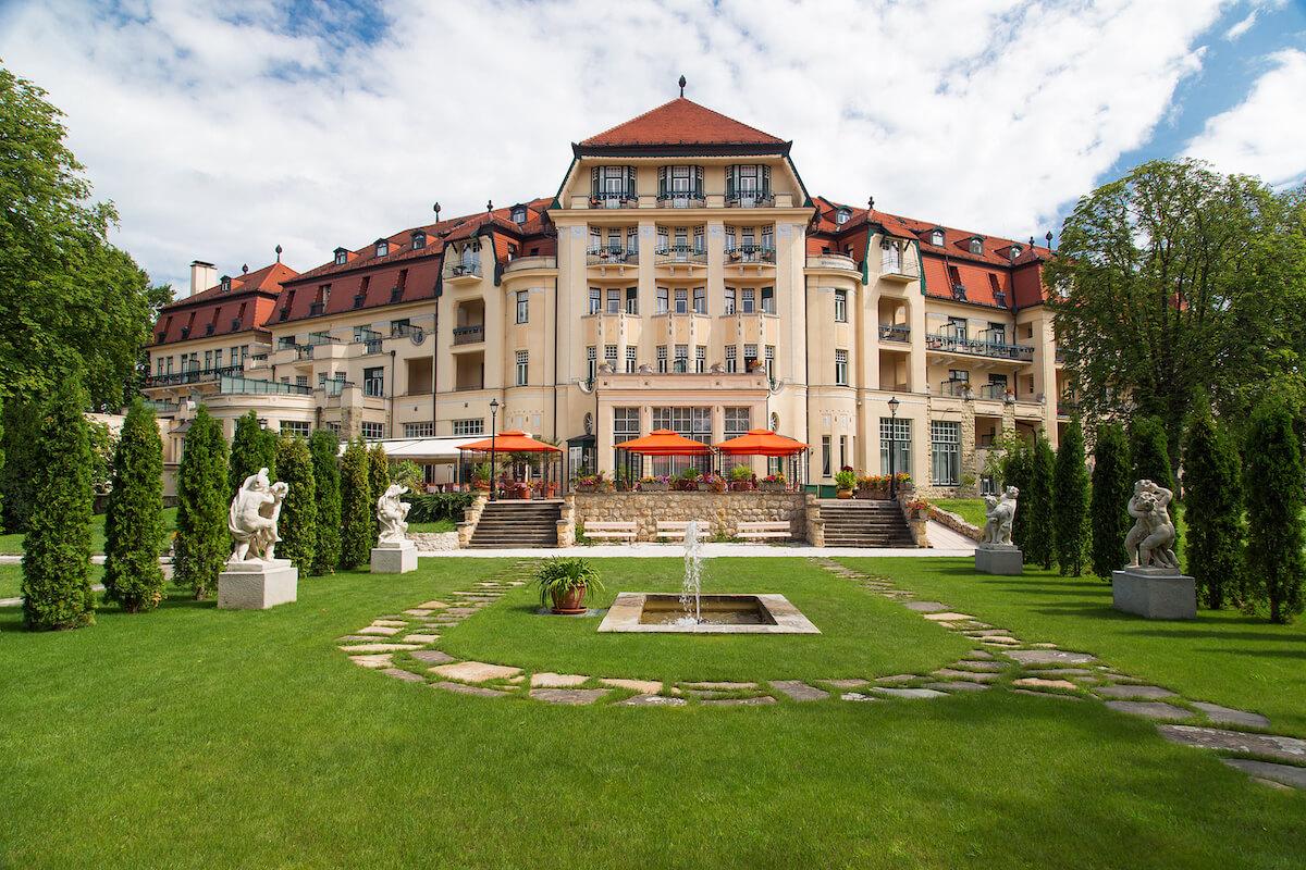 Tuin met buitenterras van Thermia Palace Health Spa Resort